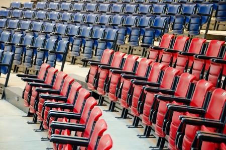 Conferentiezaal vol blauwe en rode stoelen Stockfoto