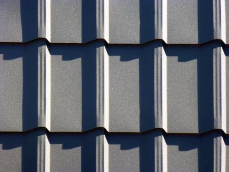 Nieuwe grijze dakbedekking uit roestvast metalen plaat