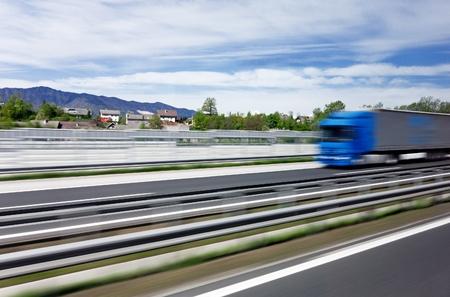 Blauwe vrachtwagen op een Sloveense snelweg het transport van de lading