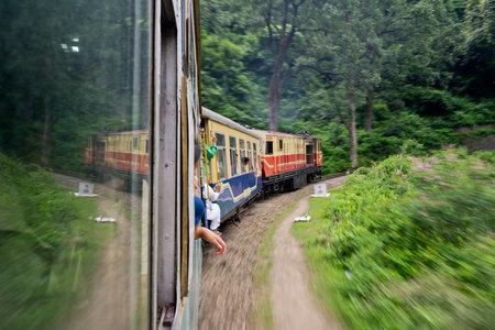 Shimla, Himachal Pradesh, India - 21 juli Snel bewegende oude trein van Kalka stad naar Shimla in de bergen op 21 juli 2013
