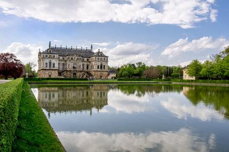 Baroque palace reflected in waters of Palaisteich in Grosser Garten in Dresden 에디토리얼
