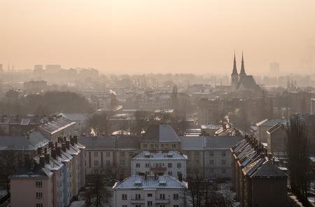 Cityscape van de stad van Ostrava in smog vervuiling