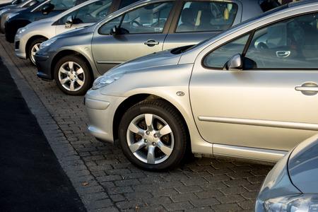 Lot van zilver en zwart geparkeerde auto's te koop Stockfoto