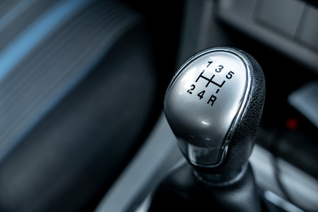 Gear shift knob of a five speed manual transmission with a small depth of field Stockfoto - 114562481