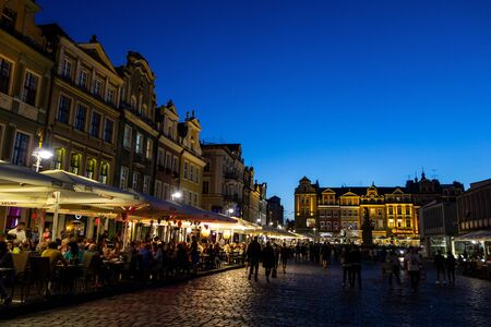 POZNAN, POLAND - AUGUST 12, 2018: Famous city Poznan, Old town square (Stary rynek) at twilight with dark blue sky 報道画像