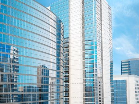 rascacielos: Edificios acristalados de oficinas contra el cielo en el que se refleja la ciudad