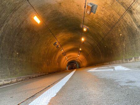 Wewnątrz tunelu w deszczowy dzień.