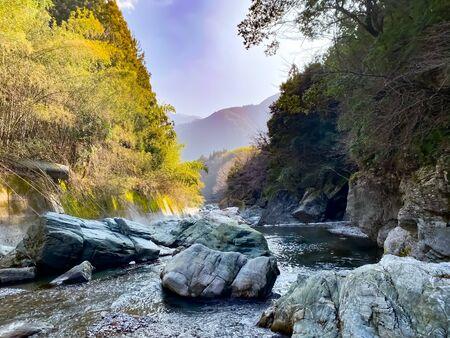 Ein Bergfluss in einem Tal tief in den Bergen Japans.