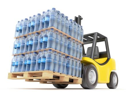 Carrello elevatore con bottiglie in PET di acqua Archivio Fotografico