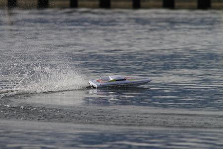 bateau de course: RC télécommandée course de bateaux à moteur sur un lac