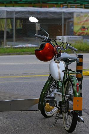 casco rojo: Antiguo moto y casco rojo