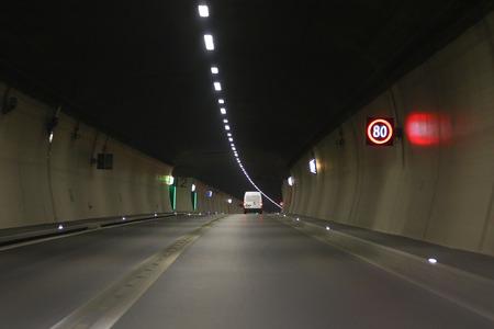 Limitation de vitesse et de sortie de sécurité signes LED dans un tunnel routier