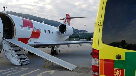 Lugano, Ticino / Szwajcaria - 26 maja 2016: REGA Canadair karetka 640 powietrza właśnie przybył z Sardynii na lotnisku w Lugano na przeniesienie pacjenta awaryjnego