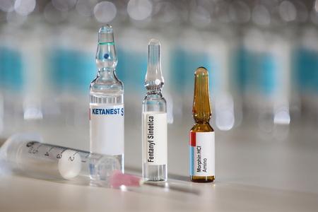 Schmerzmedikamente wie Ketamin, Morphium und Fentanyl, die zu Missbrauch und Überdosierung führen können Standard-Bild