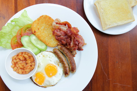 Placa con huevo cocido el arroz y salchichas, camarones freír, verduras de tocino. Foto de archivo