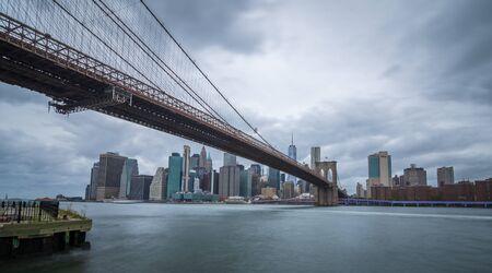 Brooklyn Bridge, East River, Brooklyn Shore, Cloudy Day Banco de Imagens