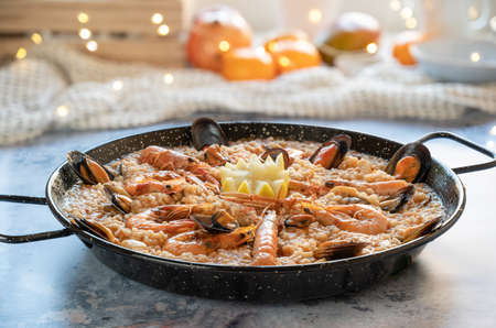 Rice paella with prawns, mussels, clams, squid 免版税图像