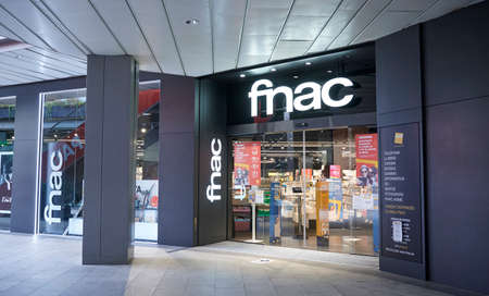 BARCELONA, SPAIN -02 / 05 / 2021- Fnac store inside a shopping mall 新聞圖片