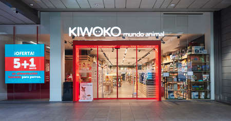 BARCELONA, SPAIN -02 / 05 / 2021- Kiwoko store BARCELONA, SPAIN -02 / 05 / 2021- Zara store inside a shopping mall 新聞圖片