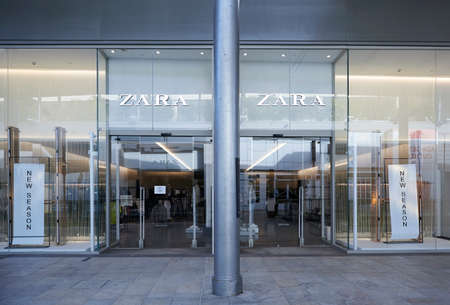 BARCELONA, SPAIN -02 / 05 / 2021- Zara store inside a shopping mall 新聞圖片