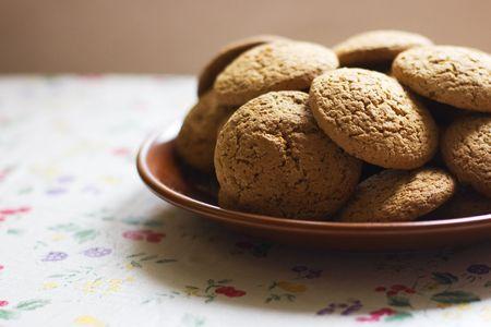 galletas de jengibre: Cookies de Ginger sobre un mantel de flor