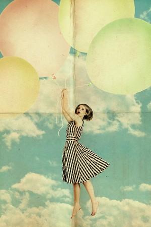 fly: mujer en bolas de aire en las nubes esponjoso blancas en el cielo azul