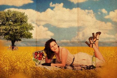 pin up vintage: cartolina retrò con donna giovane bellezza, texture vintage Archivio Fotografico