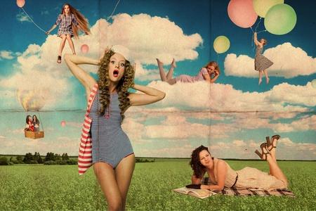 sogno: giovani donne bellezza sul cielo di prato, blu, bianche nuvole