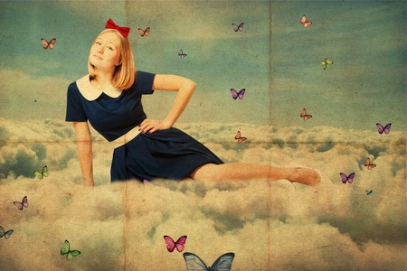 pin up vintage: collage di arte. bellezza donna oun sul cielo, nuvole con farfalla