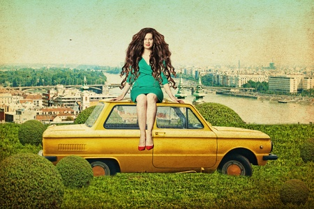 pin up vintage: collage arte con la giovane e bella donna in auto gialla