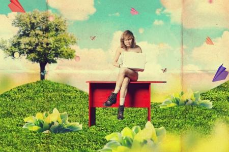 schöne Frau mit Laptop im grünen Park, Kunst, Collage,