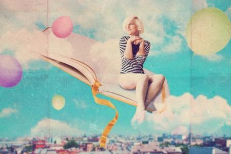 libros volando: El arte del collage con una mujer hermosa, imagen del vintage