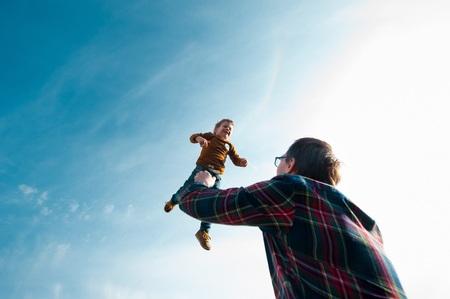 man throws the boy in the sky Standard-Bild