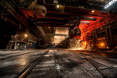from ladle pours red-hot steel Foto de archivo