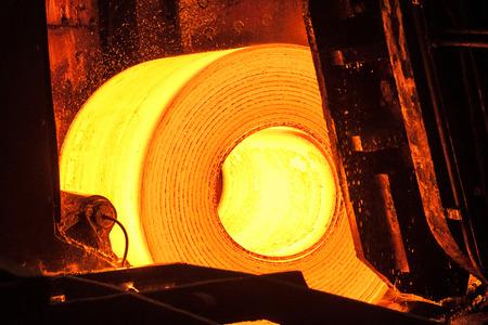 Rouleau de métal chaud sur la bande transporteuse Banque d'images