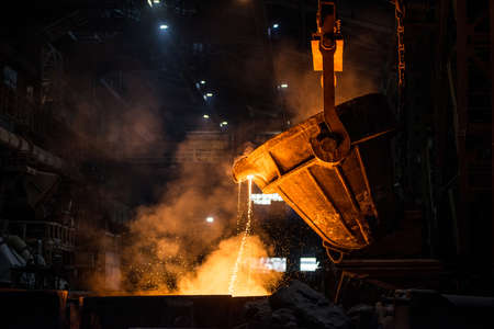 Tank pours liquid metal in the molds at the steel mill Banque d'images