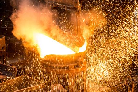 Tank pours the liquid steel in the molds Standard-Bild