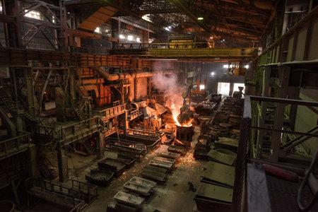 Tank pours liquid metal at the steel mill Standard-Bild