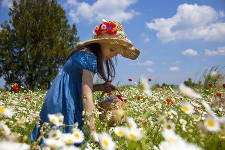 paisaje vintage: Dulce ni�a en el campo de belleza con flores silvestres