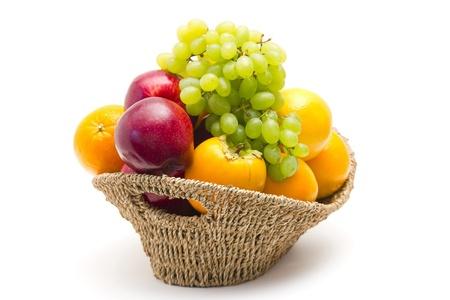 corbeille de fruits: fruits frais dans un panier Banque d'images
