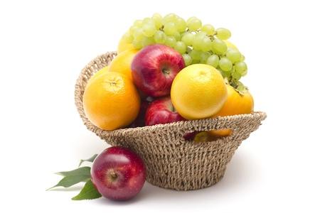cesta de frutas: frutas frescas en la canasta Foto de archivo