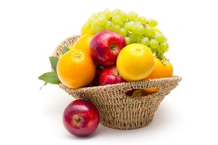 canasta de frutas: frutas frescas en una cesta