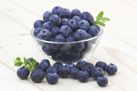 Bleuets frais dans un bol Banque d'images - 14346152