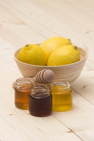 grippe: three jars of honey and fresh lemons
