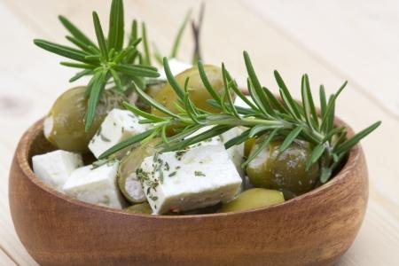 Formaggio feta e olive con le erbe in olio di oliva Archivio Fotografico - 20952424