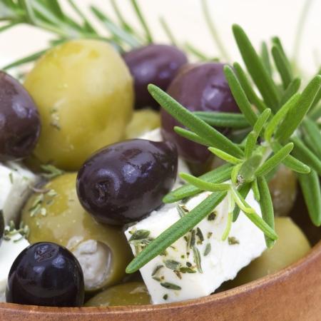 Formaggio feta e olive con le erbe in olio di oliva Archivio Fotografico - 20952426
