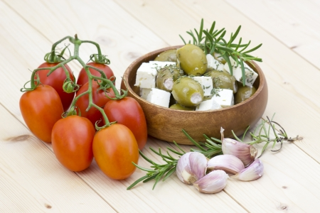 Formaggio feta con olive, pomodori, aglio ed erbe aromatiche Archivio Fotografico - 21659328
