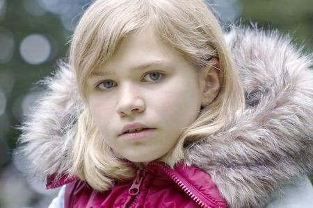 blonde yeux bleus: Portrait d'une jeune fille Banque d'images