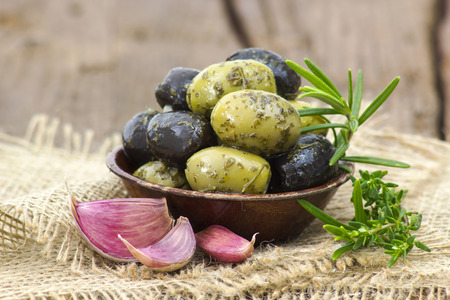 black and green olives marinated with garlic and fresh mediterranean herbs Banque d'images