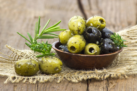 black and green olives marinated with garlic and fresh mediterranean herbs Stockfoto